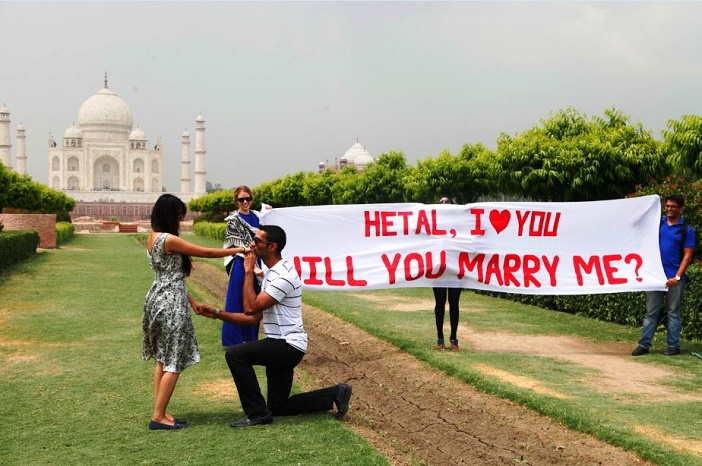 Marriage Proposal at the Taj Mahal
