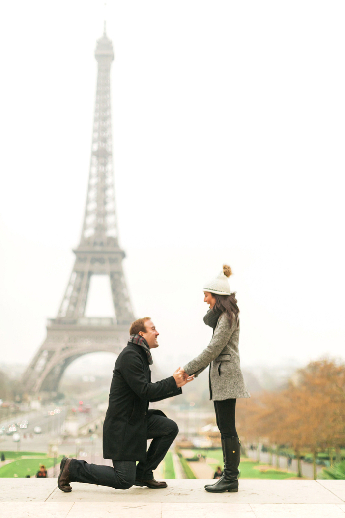 amazing marriage proposal in paris at eiffel tower-09